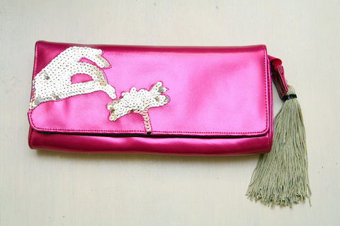 Яркая, цвета фуксии сумочка с золотым декором