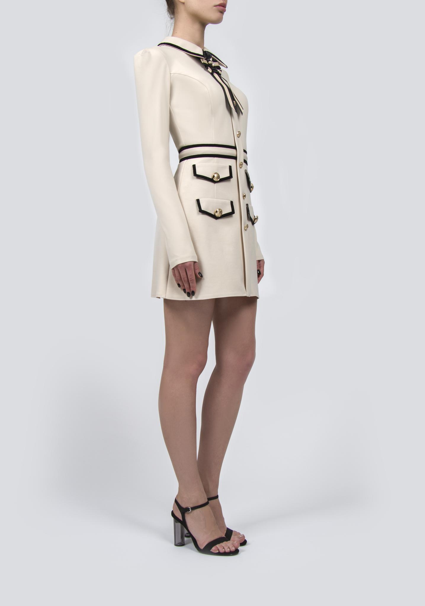 Платье бежевое с четырьмя карманами