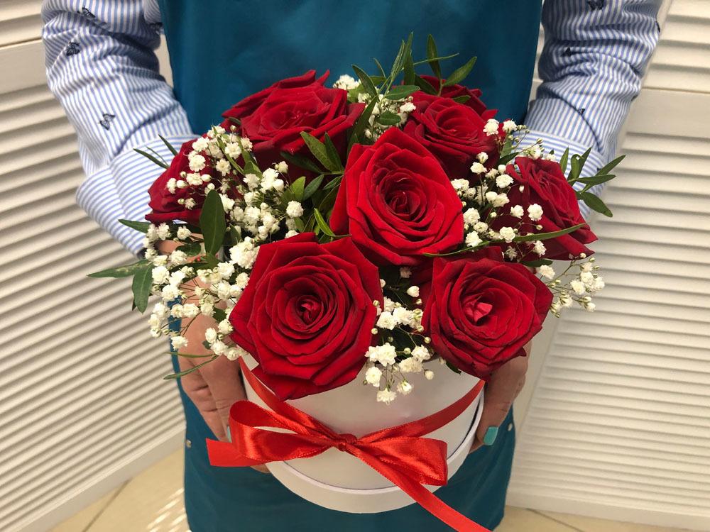 Композиция из 9 красных роз в шляпной коробке