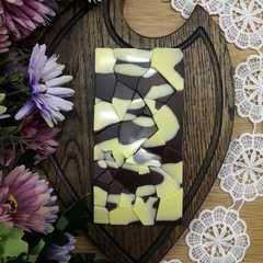 Шоколад ремесленный на меду белый на темном с клубникой и фундуком / 95 гр
