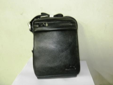 Черная сумка-мессенджер на плечевом ремне