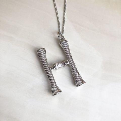 Колье с крупной подвеской в виде буквы H, серебряный цвет