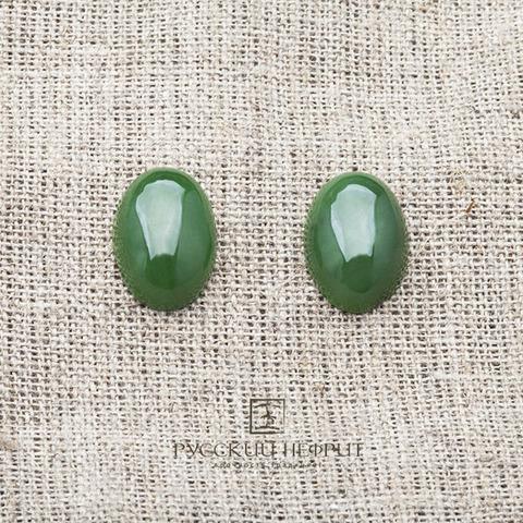 Кабошон из ярко-зелёного нефрита.
