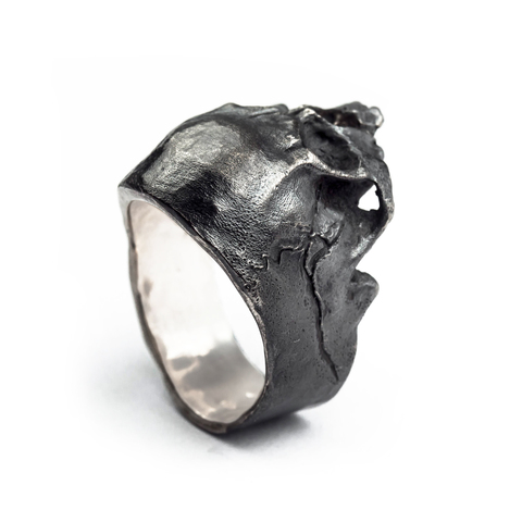 Кольцо-череп с трещиной