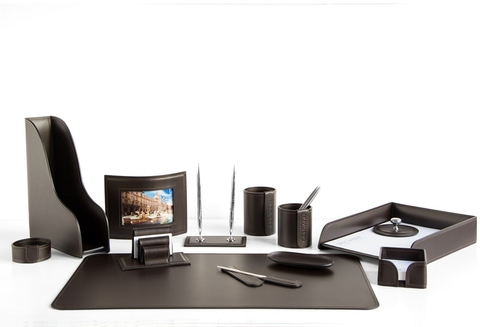 Набор на стол руководителя арт.1422-СТ-13 предметов на фото кожа Cuoietto (Италия) цвет темно-коричневый шоколад.