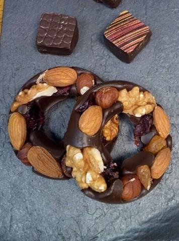 Шоколадні кільця з горіхами та цукатами
