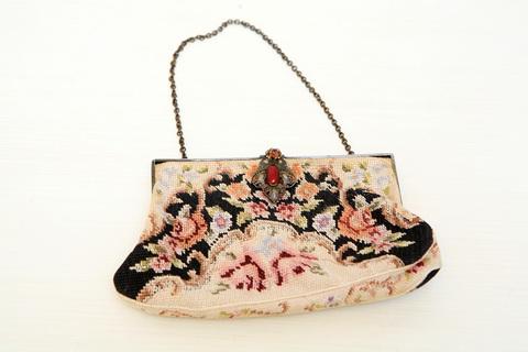 Потрясающе красивая расшитая старинная сумочка с изысканной золотой застёжкой