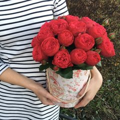 19 красных пионовидных роз в шляпной коробке