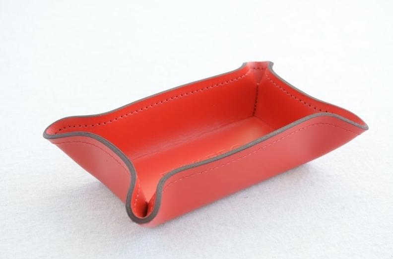 Лоток малый для крупных мелочей выполнен из оранжевой итальянской кожи Cuoietto.