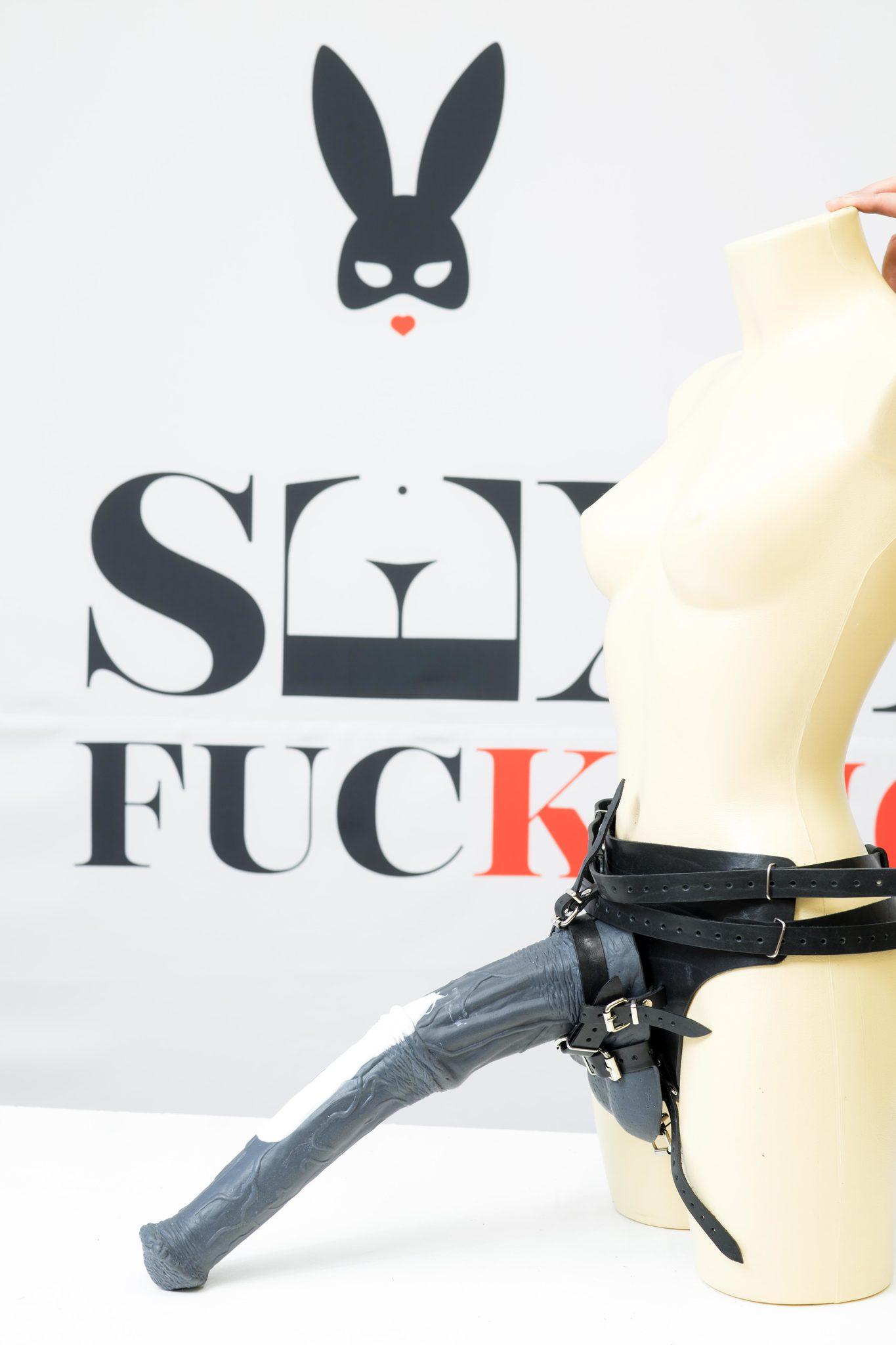 выжигает секс на громадном страпоне она позвала его