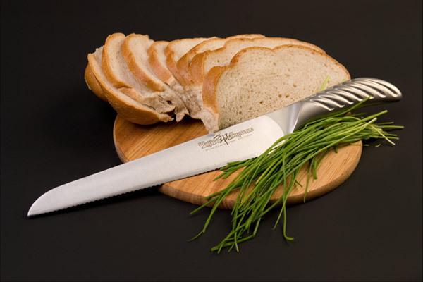 Нож кухонный стальной для хлеба (240мм) Tojiro Supreme Series DP FD-962Tojiro Supreme Series DP<br>Нож кухонный стальной для хлеба (240мм) Tojiro Supreme Series DP FD-962<br><br><br>Серия ножей Tojiro Supreme DP изготовлена при участии известного французского повара Гай Мартина, его хват и предпочтения по эргономике были досконально изучены. В результате появились эти уникальные в своем роде ножи, их рукоятка более массивна и ухватиста, она удобно ложится в более крупные руки европейских поваров, а традиционно японская острая пятка, которая бывает ранит при неаккуратном использовании, в этой серии сильно закруглена и вынесена вперед за пределы досягания указательного пальца. <br>Клинок ножей серии Tojiro Supreme DP изготовлен по трехслойной технологии с использованием стали VG10, закаленной до 61 HRc.<br>Официальный сертифицированный продавец TOJIRO<br>