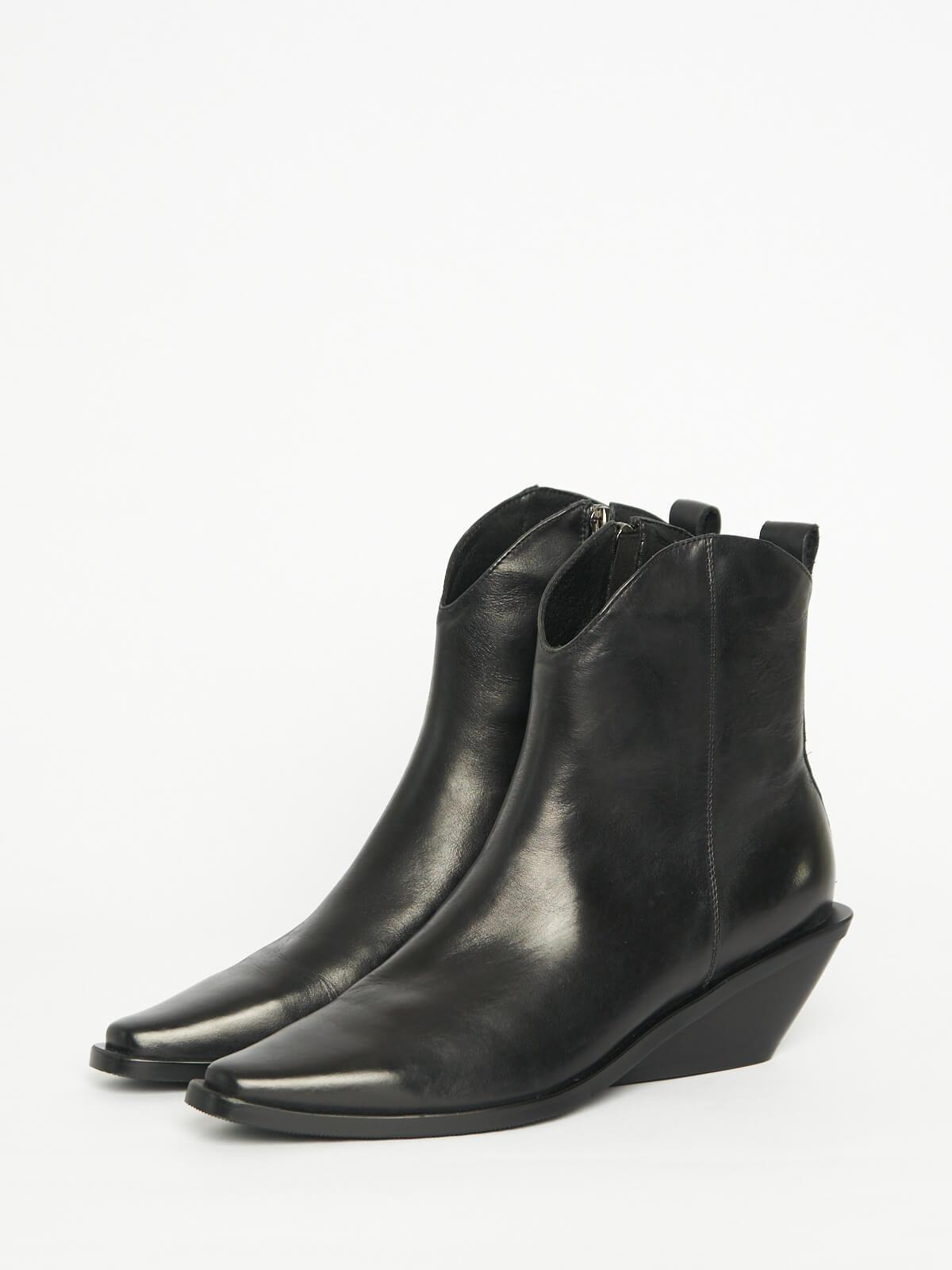 Ботинки со скошенным каблуком