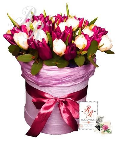 Белые и фиолетовые тюльпаны в коробке