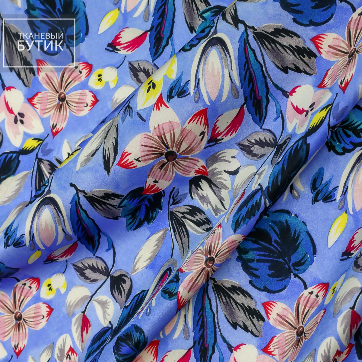 Атласный сине-голубой шелк с яркими цветочными элементами