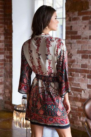 Женский легкий красивый короткий халат из вискозы миа миа с красным этническим принтом на запахе с поясом вид сзади