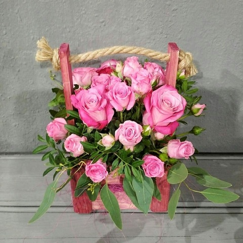 Нежные розовые розочки в деревянной корзине