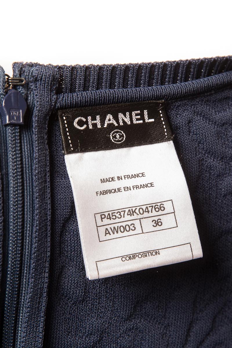 Эффектное платье из трикотажа синего цвета от Chanel, 36 размер.