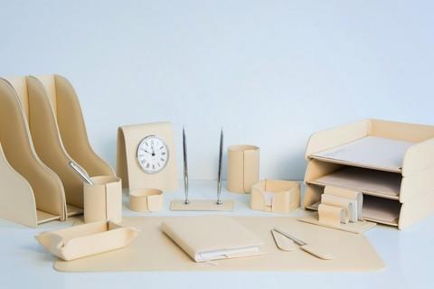 На фото набор на стол руководителя артикул 1863-Ст 17 предметов выполнен в коже Cuoietto цвет слоновая кость. Возможно изготовление в другом цвете.
