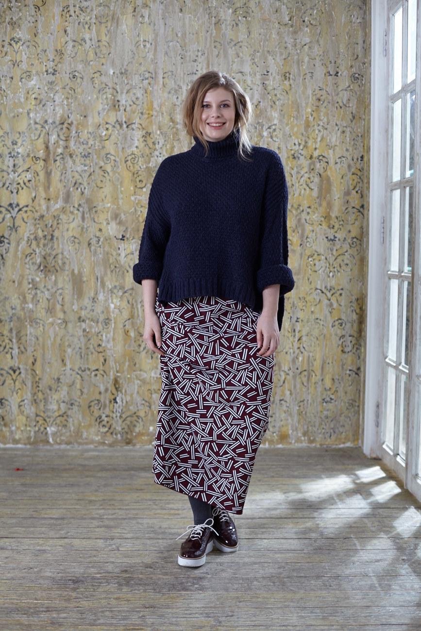 Юбка BASE-03 SK01 VT0/21Юбки<br>Эффектная длинная юбка с мелким рисунком, является основой весеннего гардероба и идеально дополнит любой образ. Мягкая струящаяся ткань позволит Вам чувствовать себя комфортно в любой ситуации и отлично сочетается с туниками, платьями, тяжелыми вязаными свитерами и легкими однотонными блузами<br>