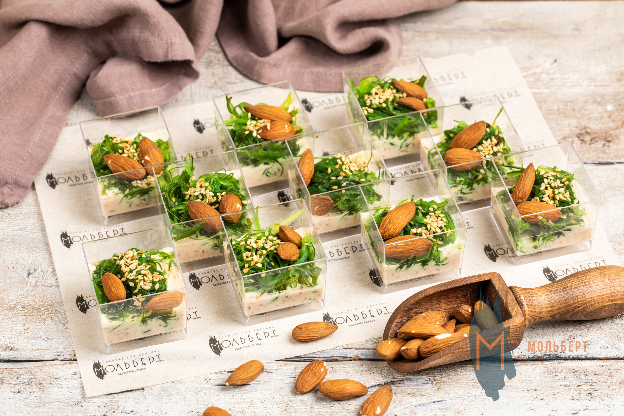 Веррин с салатом чука, миндалем