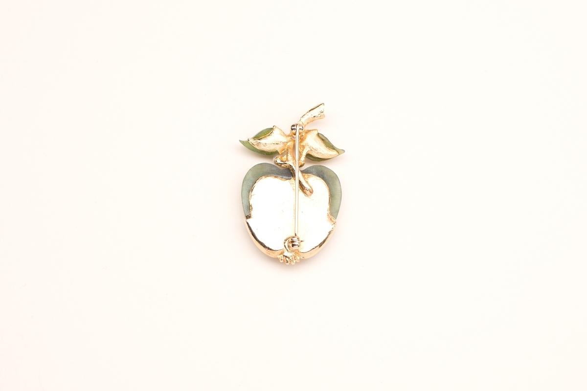 Миниатюрная брошь «Зеленое яблоко» из нефрита и жемчуга от Swoboda, 50-е гг.