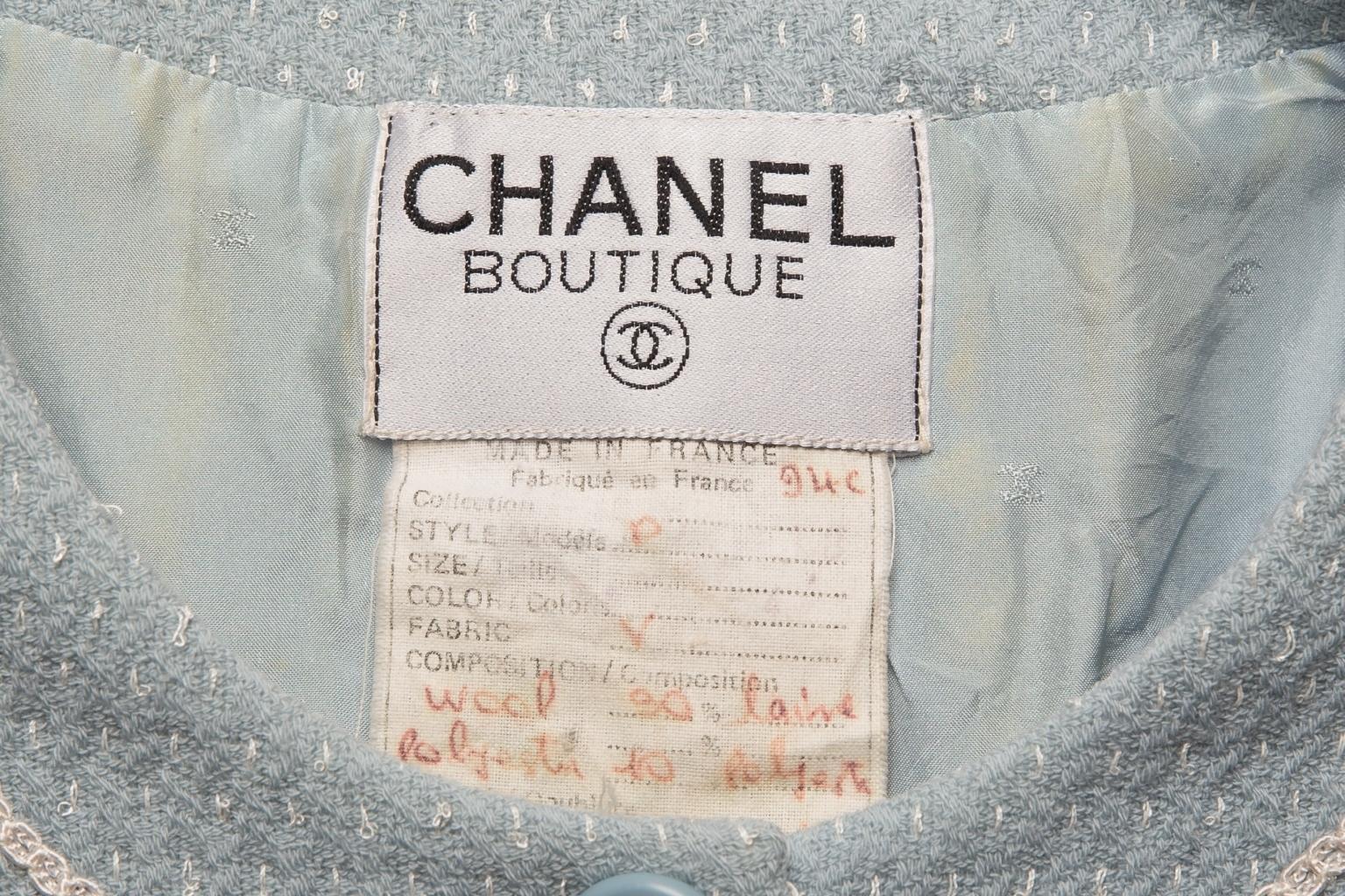 Изысканный удлиненный жакет из твида небесно-голубого цвета от Chanel, 36 размер.
