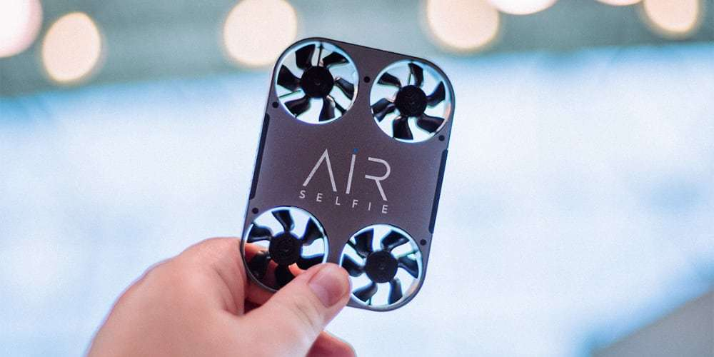 Квадрокоптер Airselfie 2 Power Edition (black) в руках