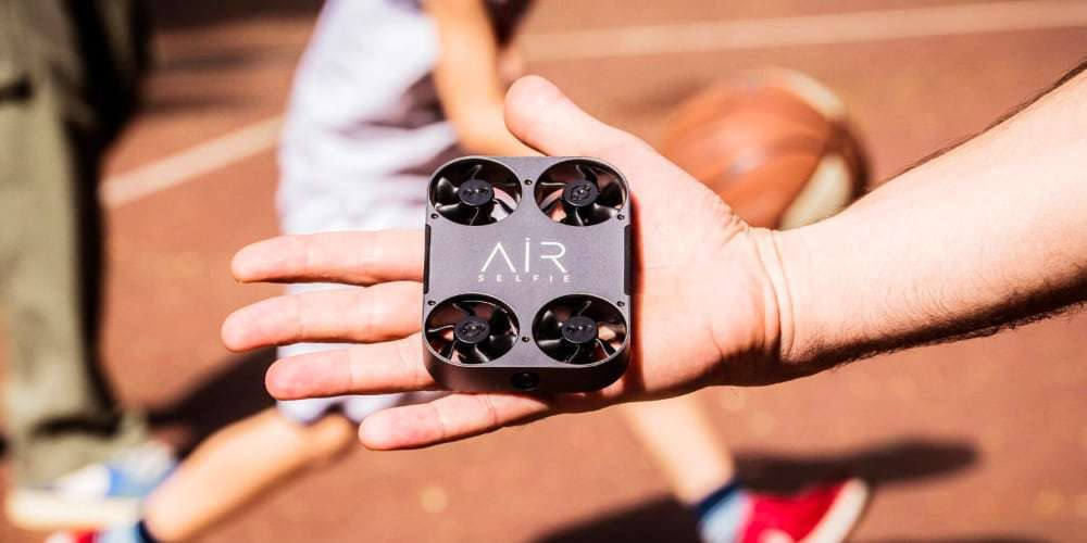 Квадрокоптер Airselfie 2 Power Edition (black) на ладони