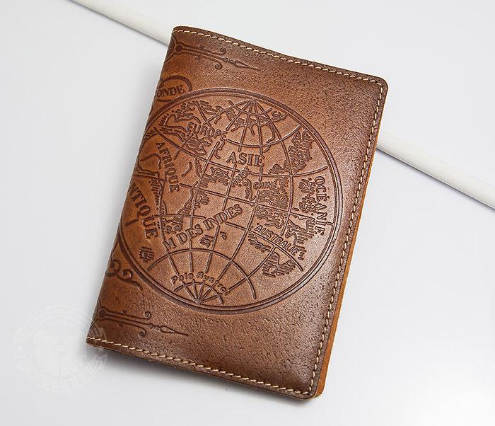 Кожаная обложка на паспорт с картой полушарий