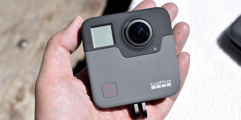 Панорамная камера GoPro Fusion 360 (CHDHZ-103) в руке