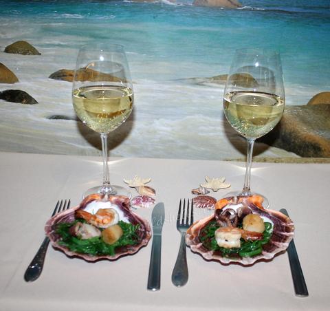 Тарелки для морепродуктов морские раковины, сервировка в морском ресторане, морская еда
