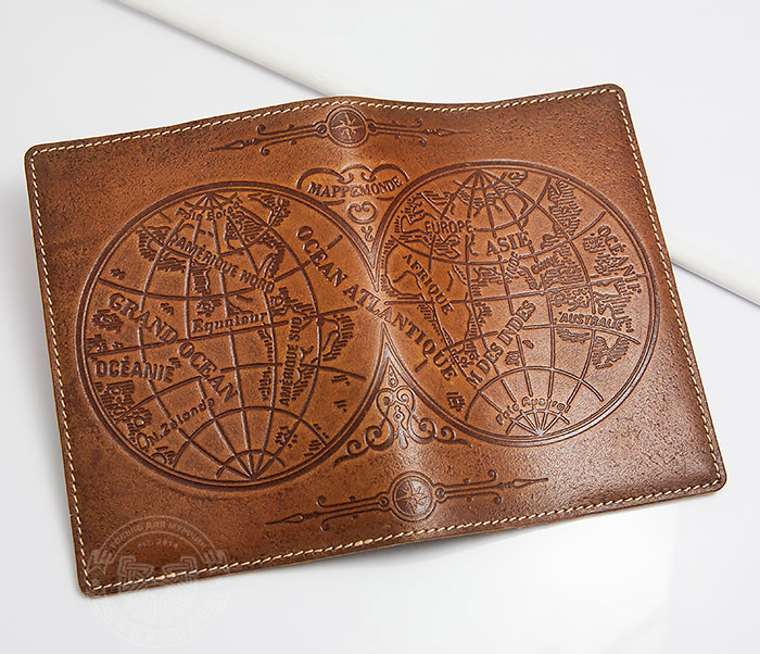 BY14-02-10 Кожаная обложка на паспорт с картой полушарий фото 03