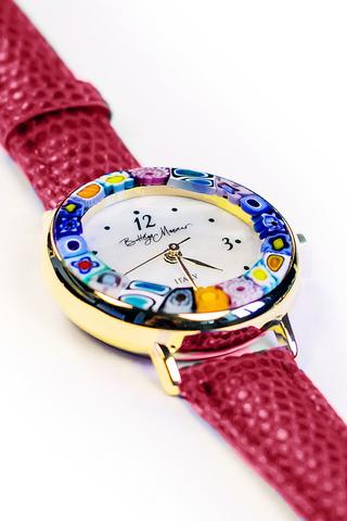Часы на темно-красном ремешке из муранского стекла