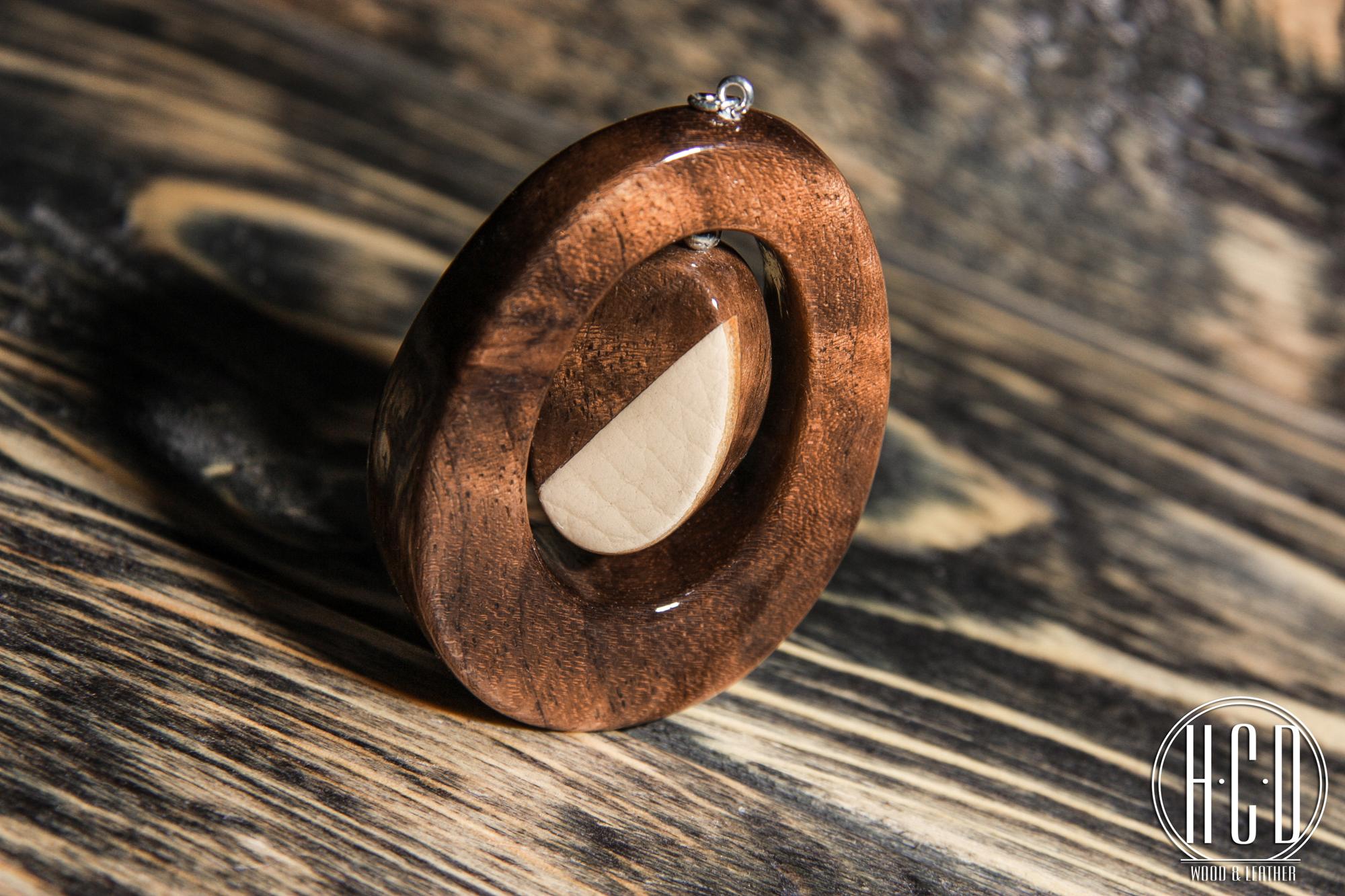 Деревянный кулон с кожаной вставкой (Орех корень)