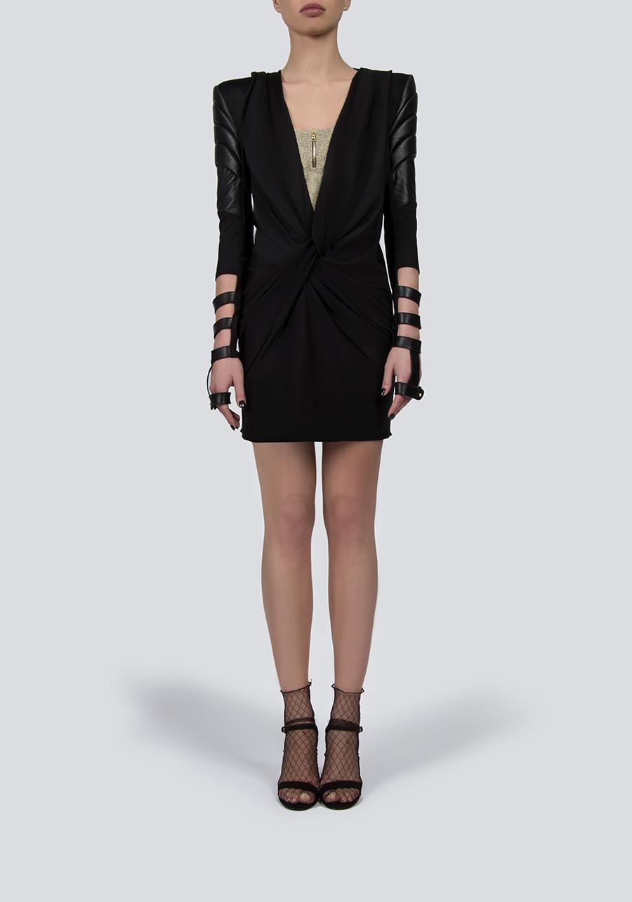 Черное мини платье с капюшоном и вставкой из люрекса