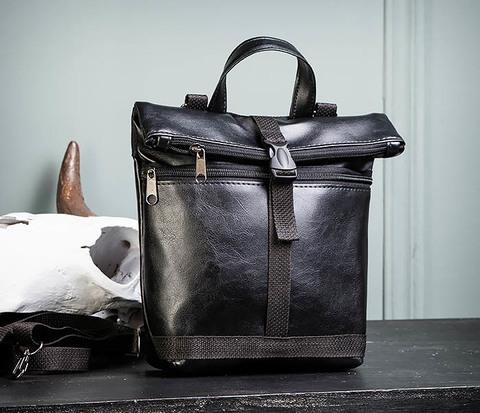 Небольшая мужская сумка - рюкзак из кожи черного цвета