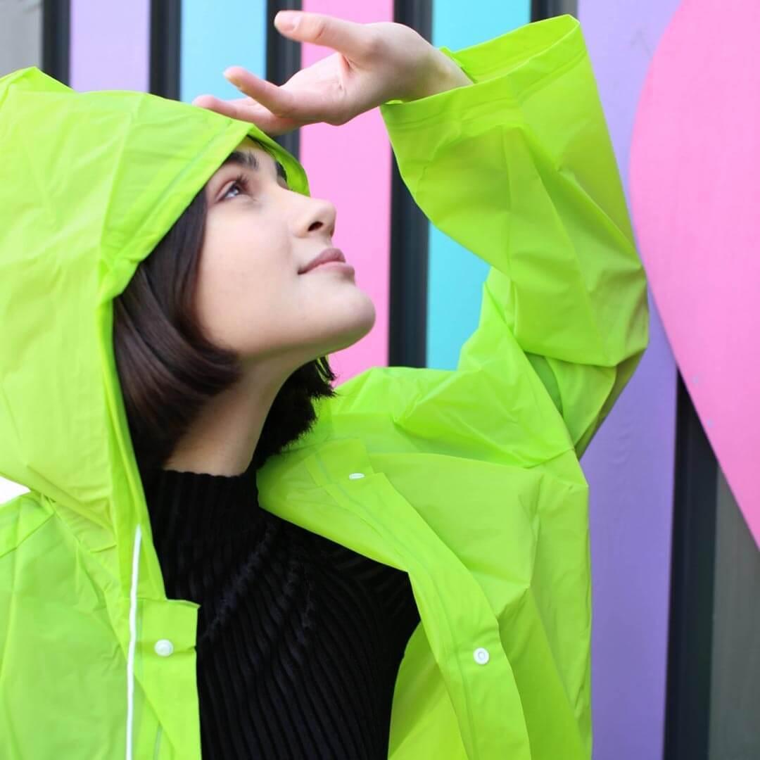 Зеленый дождевик с капюшоном