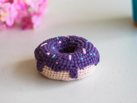 В'язаний донат, декоративний пончик - фіолетовий.