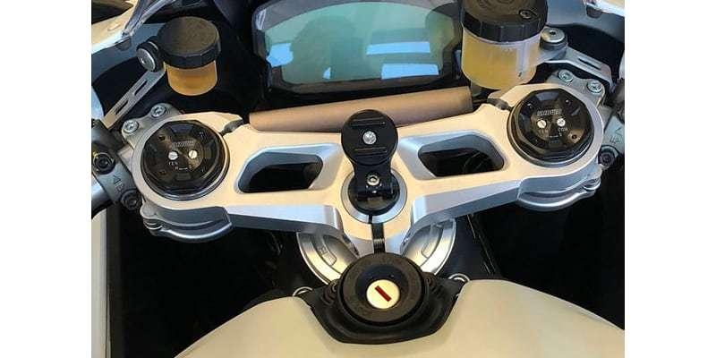 Крепление на вынос руля мотоцикла SP Connect Moto Stem Mount установлен