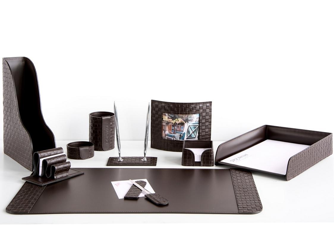 На фото набор на стол руководителя артикул 60515-EX/CT 10 предметов выполнен в цвете темно-коричневый шоколад кожи Cuoietto Treccia и Cuoietto. Возможно изготовление в черном цвете.