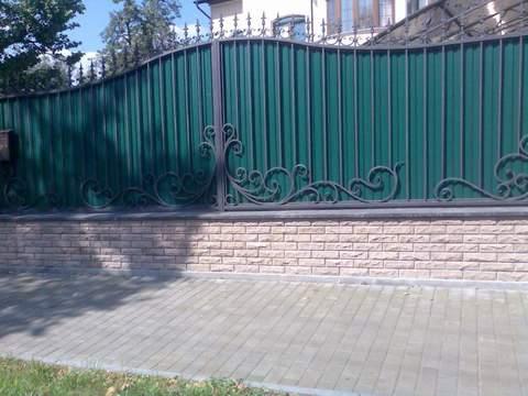Кованый забор с профнастилом N-12