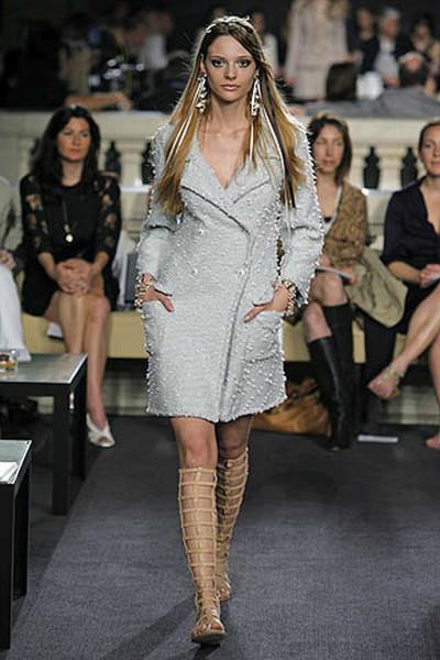 Стильное пальто из легкого твида нежно-голубого оттенка от Chanel, 42 размер