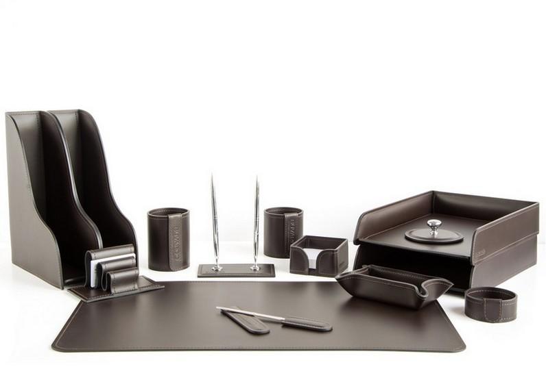 Набор на стол руководителя 1022-СТ 14 предметов на фото кожа Cuoietto цвет шоколад.