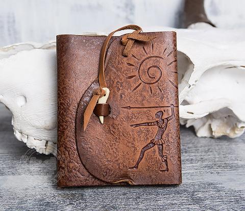 Блокнот «Охотник» с обложкой из натуральной кожи с застежкой - клыком (А6)