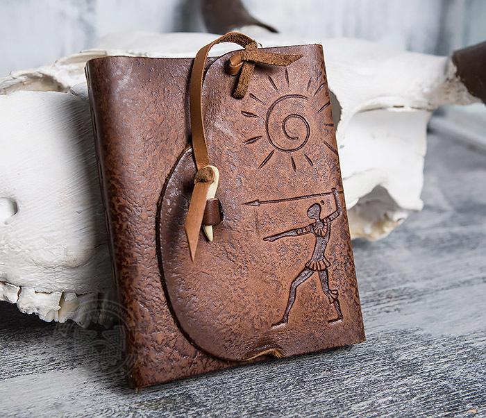 BY01-04-02 Блокнот «Охотник» с обложкой из натуральной кожи с застежкой - клыком (А6) фото 02