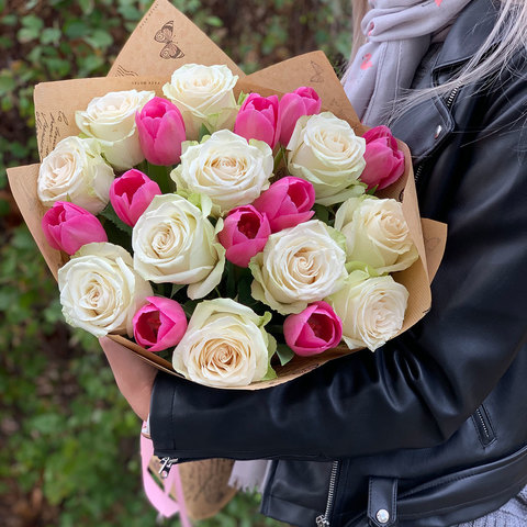 Букет из белых роз и розовых тюльпанов