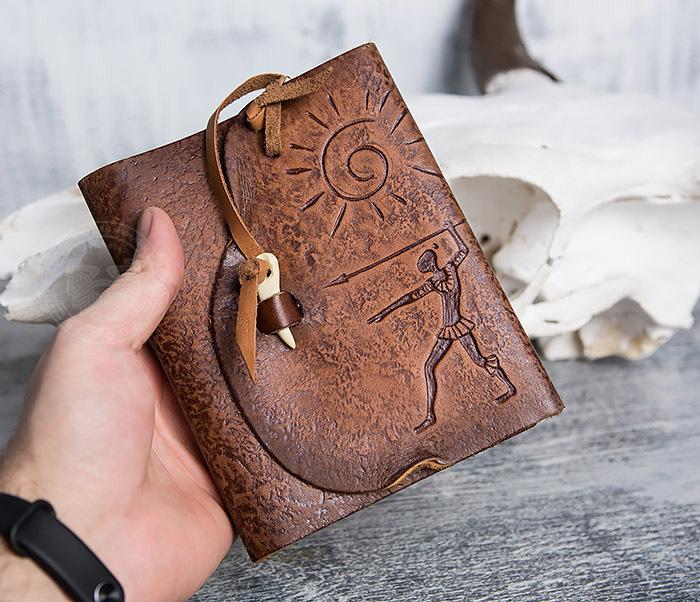 BY01-04-02 Блокнот «Охотник» с обложкой из натуральной кожи с застежкой - клыком (А6) фото 04
