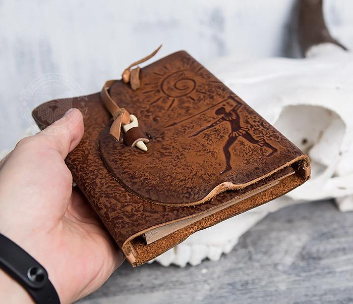 BY01-04-02 Блокнот «Охотник» с обложкой из натуральной кожи с застежкой - клыком (А6) фото 05