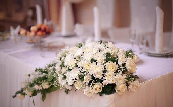 угловые композиции из розы и хризантемы