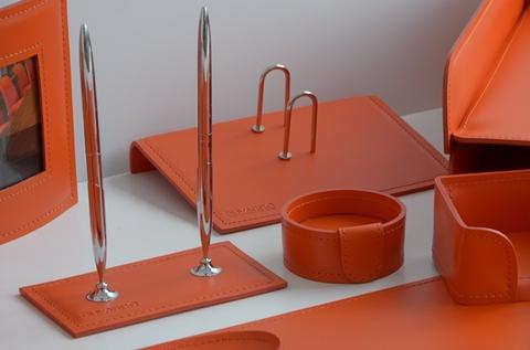 Подставка для настольного перекидного календаря из оранжевой кожи.